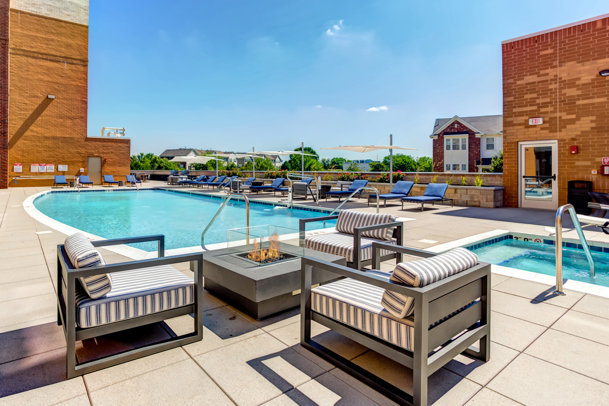 Luxury Apartments Pool. Resort style swimming pool and spa Aurora IL Apartments  500 Station Blvd Near Naperville